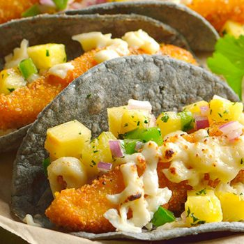 Tacos de pescado gratinado con piñas