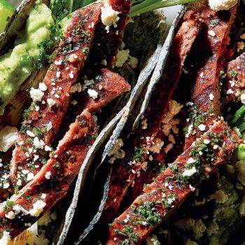 tacos de res asada con aguacate y cilantro