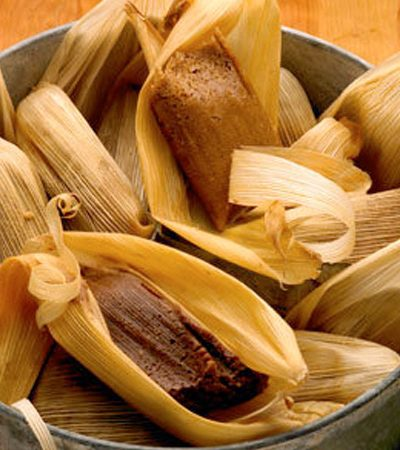 Tamales de chocolate y cafe con salsa de chocolate blanco
