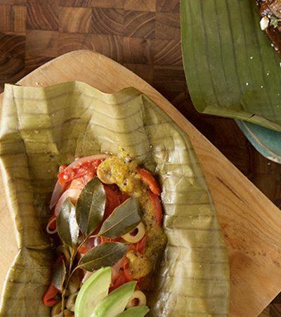 tamales falsos: pescado a la veracruzana y pollo con mole y platano