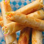 Taquitos dorados de pollo con salsa cremosa de jalapeños