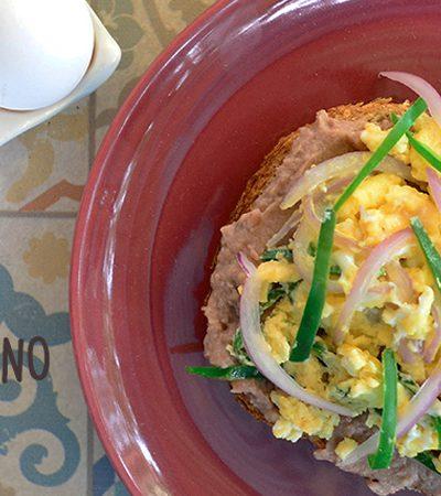 tostadas de desayuno de huevo con mole verde y frijoles