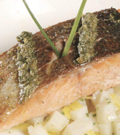 Tronco de salmon con vinagreta de alcaparra y perejil