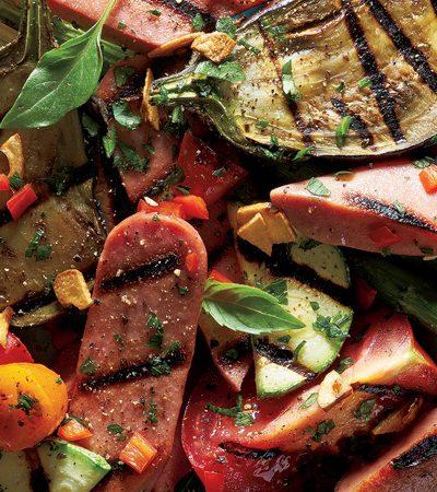 vegetales y salchichas de pavo marinados a la parrilla