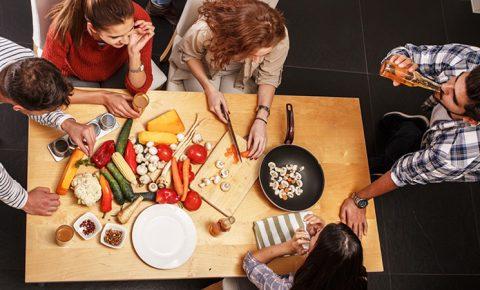 Cocinando en casa con tus amigos