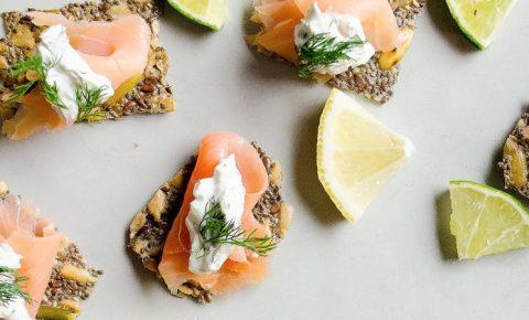 Crujientes de semillas con salmón ahumado