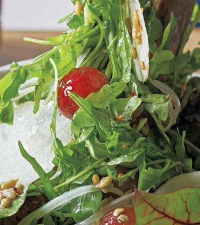 Ensalada de invierno con uvas encurtidas