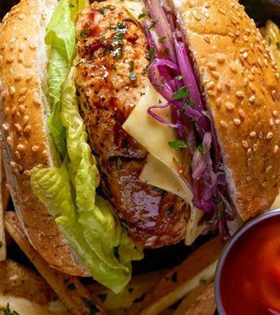 Hamburguesa de pollo con salsa bbq casera