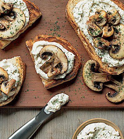 Sándwich abierto de hongos con untable de queso cotija
