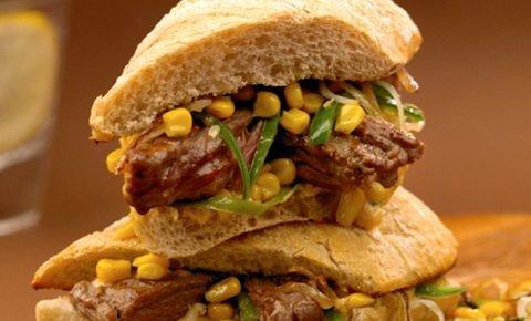 Sándwich de arrachera con mayonesa de páprika