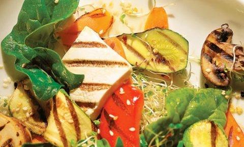 Tofu a la parrilla con vegetales orgánicos