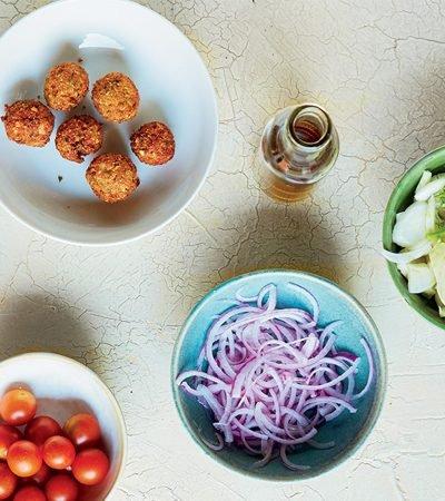 ensalada griega con falafel