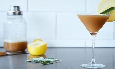 Martini de manzana, salvia y miel de clavo