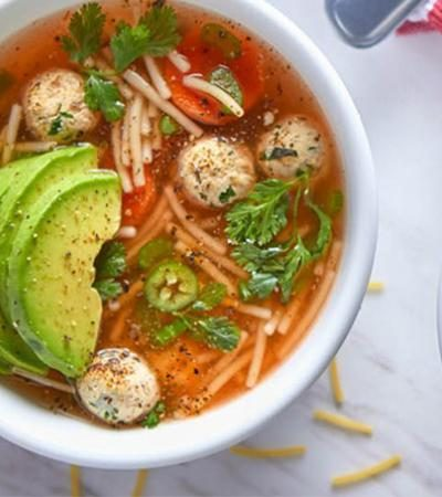 Sopa de fideos con pollo y verduras
