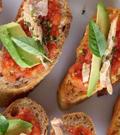 Tapas de atún con tomate y aguacate