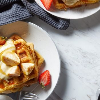 waffles con salsa de guayaba