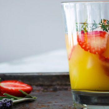 Agua de naranja, fresas y tomillo