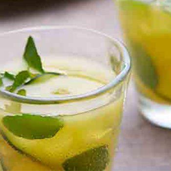 Agua de naranja con pepino y menta