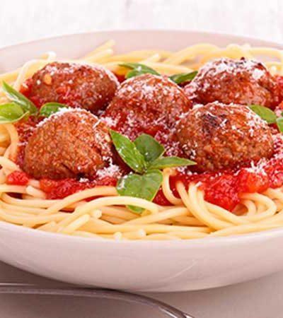 Albóndigas de pollo con spaghetti, espinacas y salsa de tomate