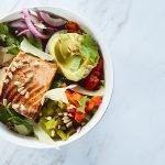 Tazón de quinoa con salmón al chipotle