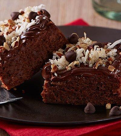 Brownies de chocolate cubiertos de nuez y coco