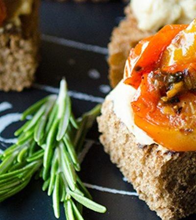 receta de bruchettas con hummus y tomates