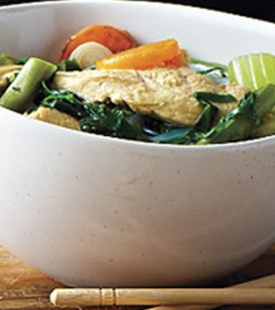 Caldo de pollo con jengibre y espinaca
