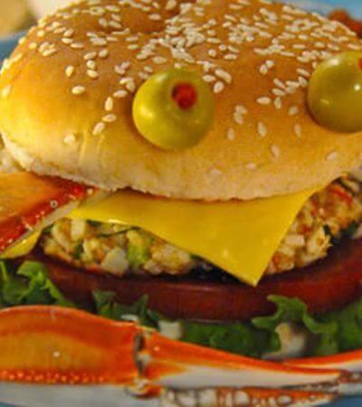 Brochetas de hamburguesa con dip de yogurt y perejil