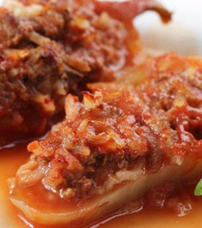 Chiles rellenos de vegetales en salsa de tomate