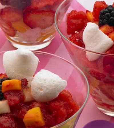 Copa de meregue con helado y frutas