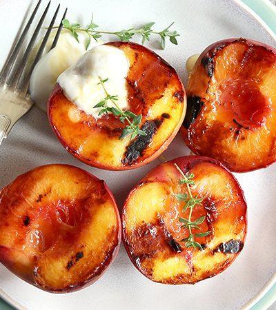 duraznos horneados con salsa de frambuesa