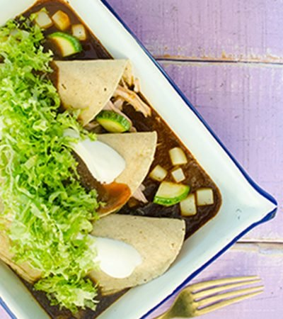 Enchiladas de cerdo con salsa de pasilla