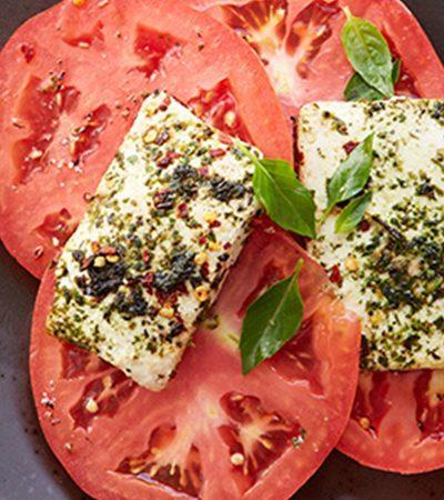 Ensalada caprese con tofu y albahaca