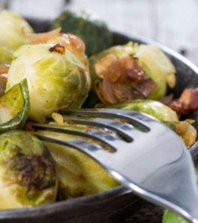 Ensalada de coles de bruselas rostizadas con uvas