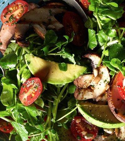ensalada de berros con aguacate y portobello