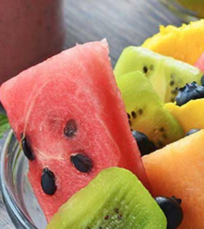 Ensalada de frutas con aderezo de fresa