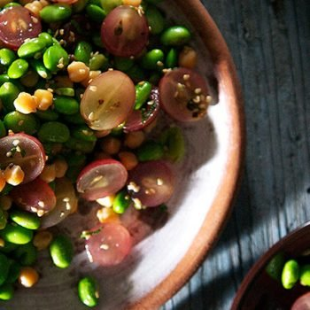 Ensalada de edamames, garbanzos y uvas con vinagreta de ajonjolí