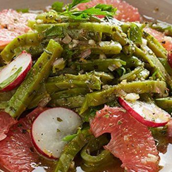 Ensalada de nopales con supremas de toronja, cebolla morada y cilantro