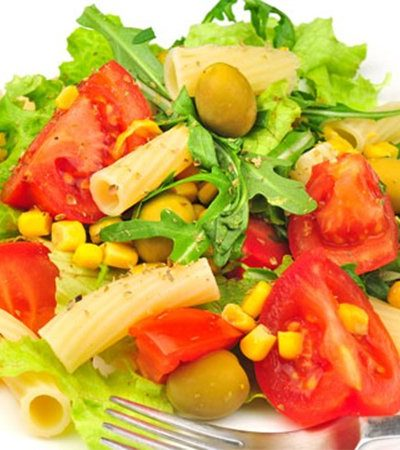 Ensalada de pasta espiral y vegetales con vinagreta de limón amarillo