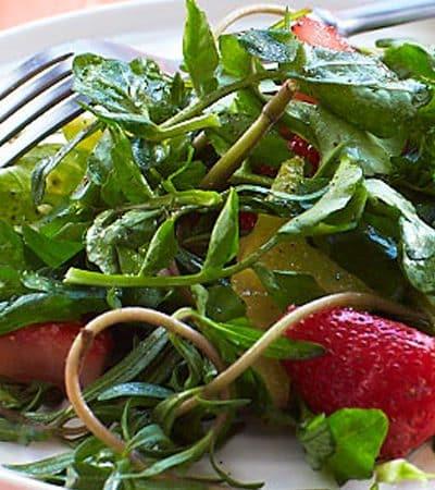 Ensalada de pescado con berros y berries