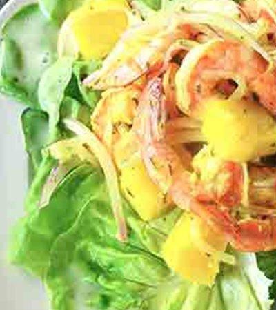Ensalada de piña con camarón y aderezo de coco