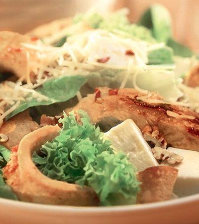 Ensalada de pollo con chile de árbol y queso panela