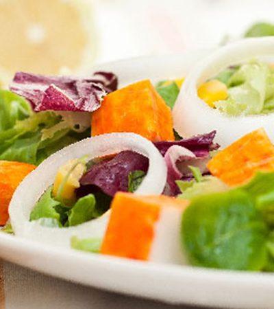 Ensalada de surimi con aderezo de cilantro y mostaza