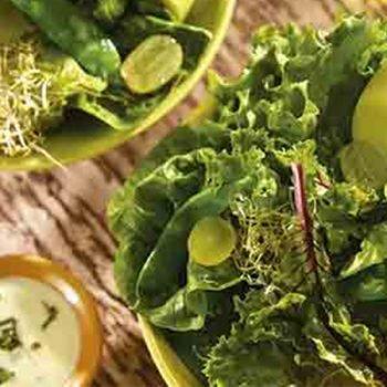 Ensalada verde con hojas de betabel, chícharos y manzana