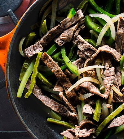 Fajitas de res con vegetales verdes y salsa chipotle