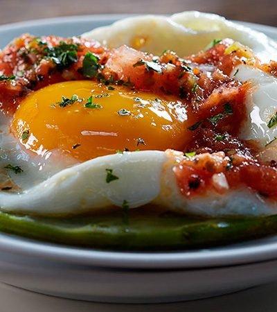 huevos estrellados sobre nopal y salsa roja recetas chef oropeza