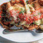 milanesa napolitana con albahaca