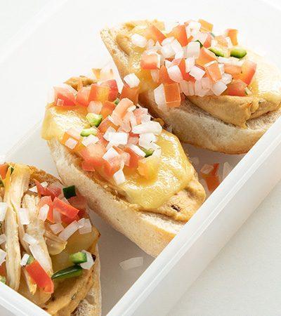 Mini Molletes de Hummus con Pollo