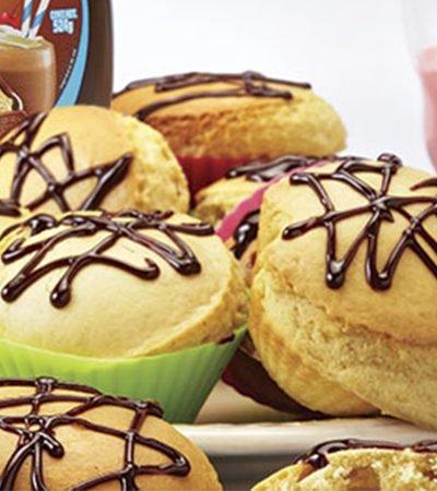 Muffins de vainilla con sorpresa de fresa y jarabe de chocolate