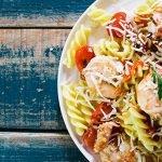 Pasta picante con tomate y camarones